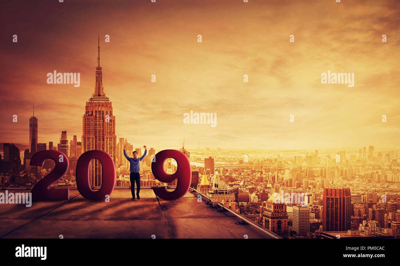 848da19d0803 Feliz joven empresario de celebrar el Año Nuevo 2019 de pie en la ...