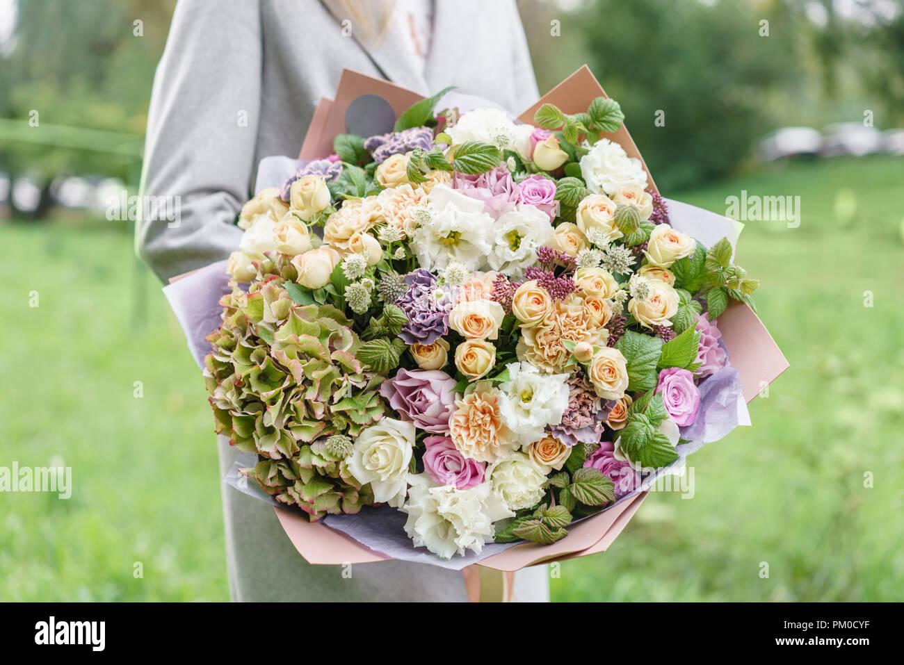 Hermoso Ramo Primaveral En Manos Delicado Arreglo Floral