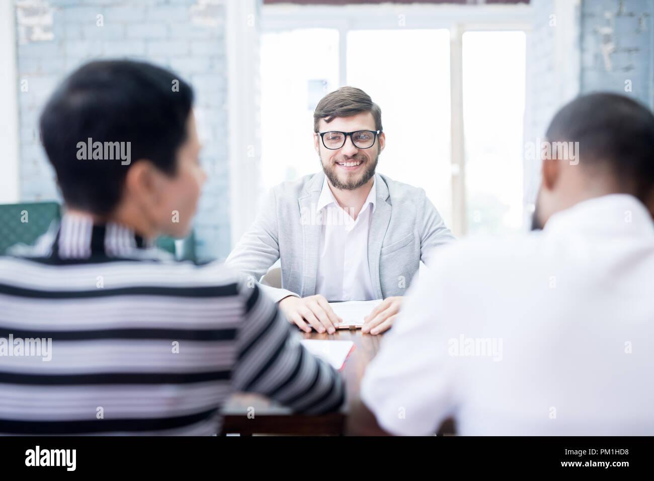 Candidato de trabajo tener una entrevista Foto de stock