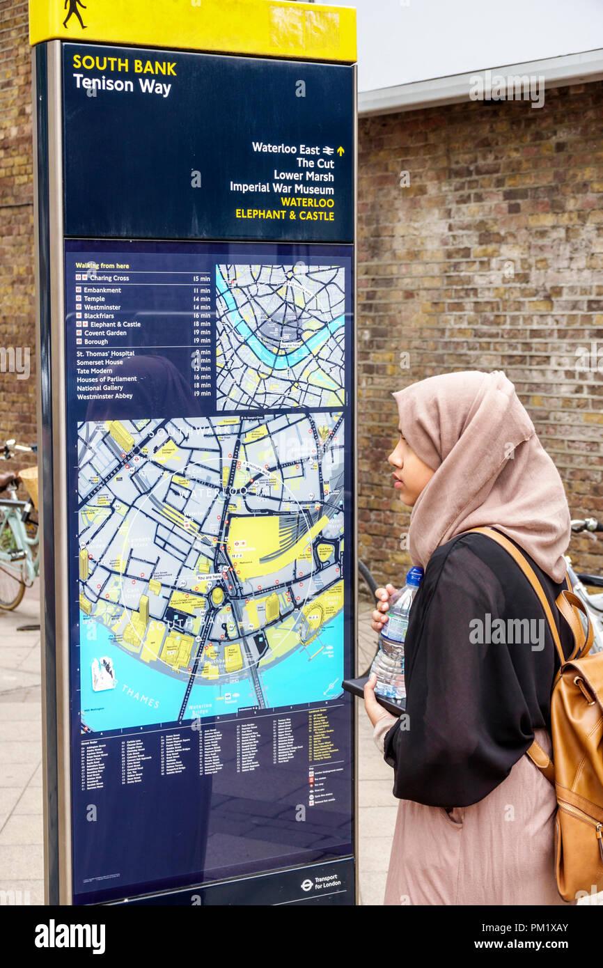 Londres, Inglaterra Gran Bretaña Reino Unido South Bank Tenison forma legible London signo Caminante en la calle peatonal mapa direcciones mujer hija musulmana Imagen De Stock