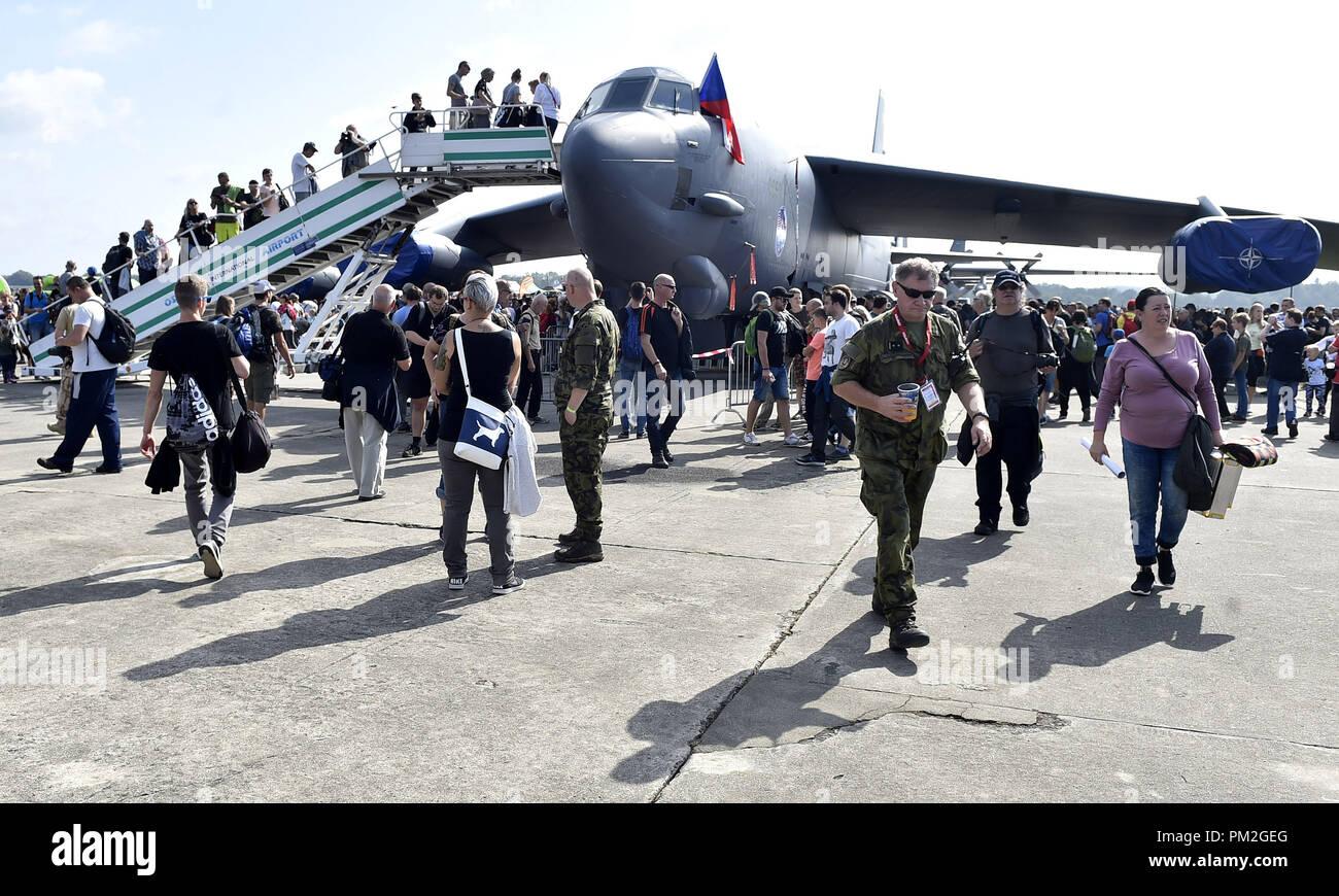 Inspeccione la gente estadounidense bombardero estratégico B-52 Stratofortress durante los días de la OTAN y de la Fuerza Aérea Checa días al aeropuerto Mosnov Ostrava, República Checa, 15 de septiembre de 2018. (CTK Foto/Jaroslav Ozana) Foto de stock