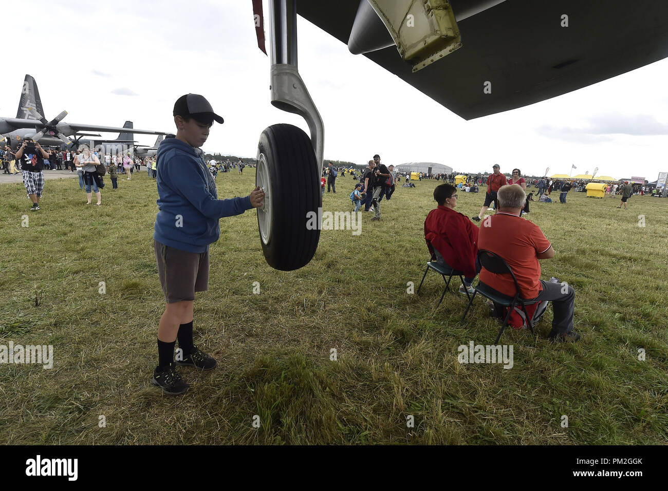 Un muchacho inspeccionar una rueda de Estados Unidos bombarderos estratégicos B-52 Stratofortress durante los días de la OTAN y de la Fuerza Aérea Checa días al aeropuerto Mosnov Ostrava, República Checa, 15 de septiembre de 2018. (CTK Foto/Jaroslav Ozana) Foto de stock