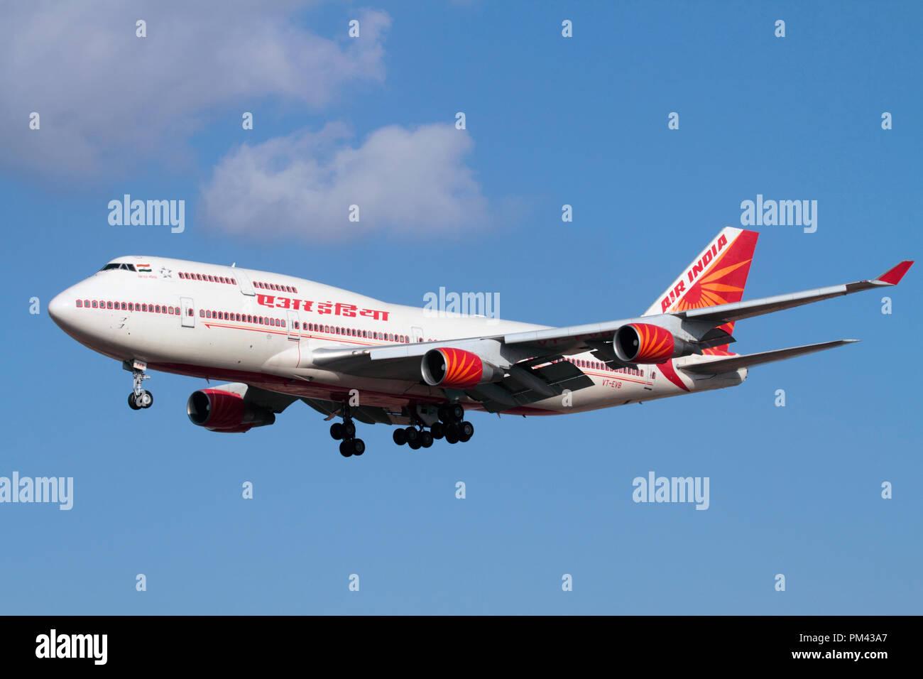 Air India Boeing 747-400 Jumbo jet avión que volaba sobre el enfoque. Los viajes aéreos de larga distancia. Foto de stock