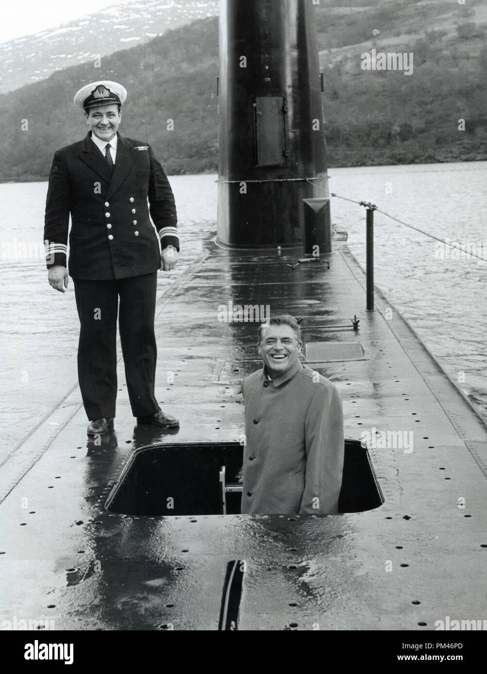Cary Grant visitas un submarino en Finnant, Loch Long Escocia, febrero 2,1960. Archivo de referencia #1084_004tha © CCI /El Hollywood Archive - Todos los derechos reservados. Imagen De Stock