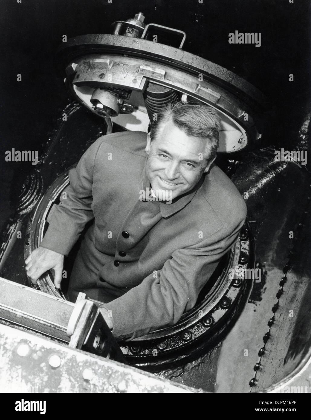 Cary Grant visitas un submarino en Finnant, Loch Long Escocia, febrero 2,1960. Archivo de referencia #1084_005tha © CCI /El Hollywood Archive - Todos los derechos reservados. Imagen De Stock