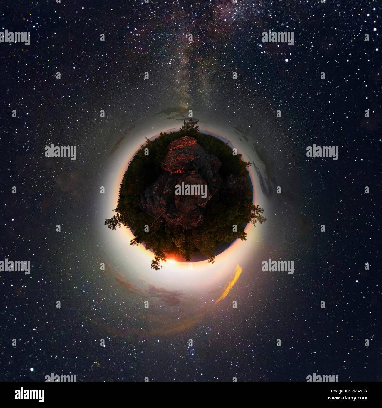 Amanecer en el bosque bajo el cielo estrellado de una vía láctea. Pequeño planeta 360. Foto de stock