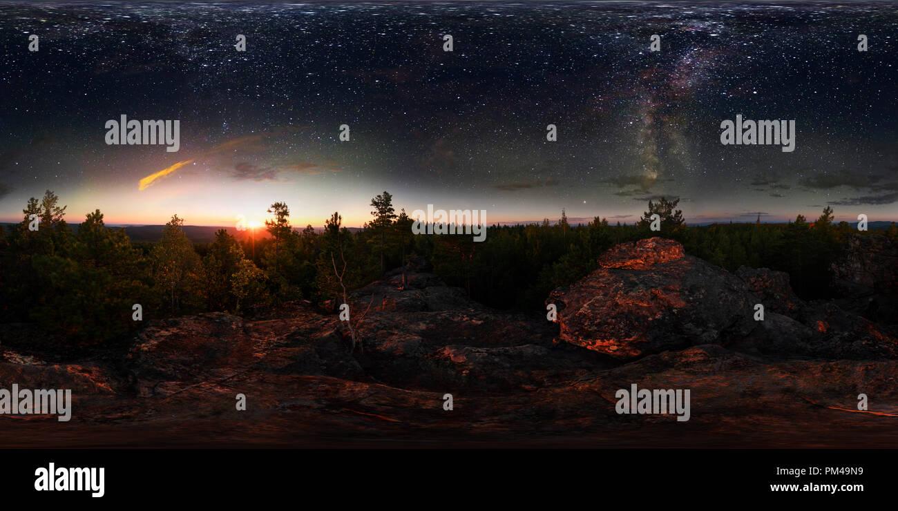 Amanecer en el bosque bajo el cielo estrellado de una vía láctea. Vr panorama esférico de 360 grados Foto de stock