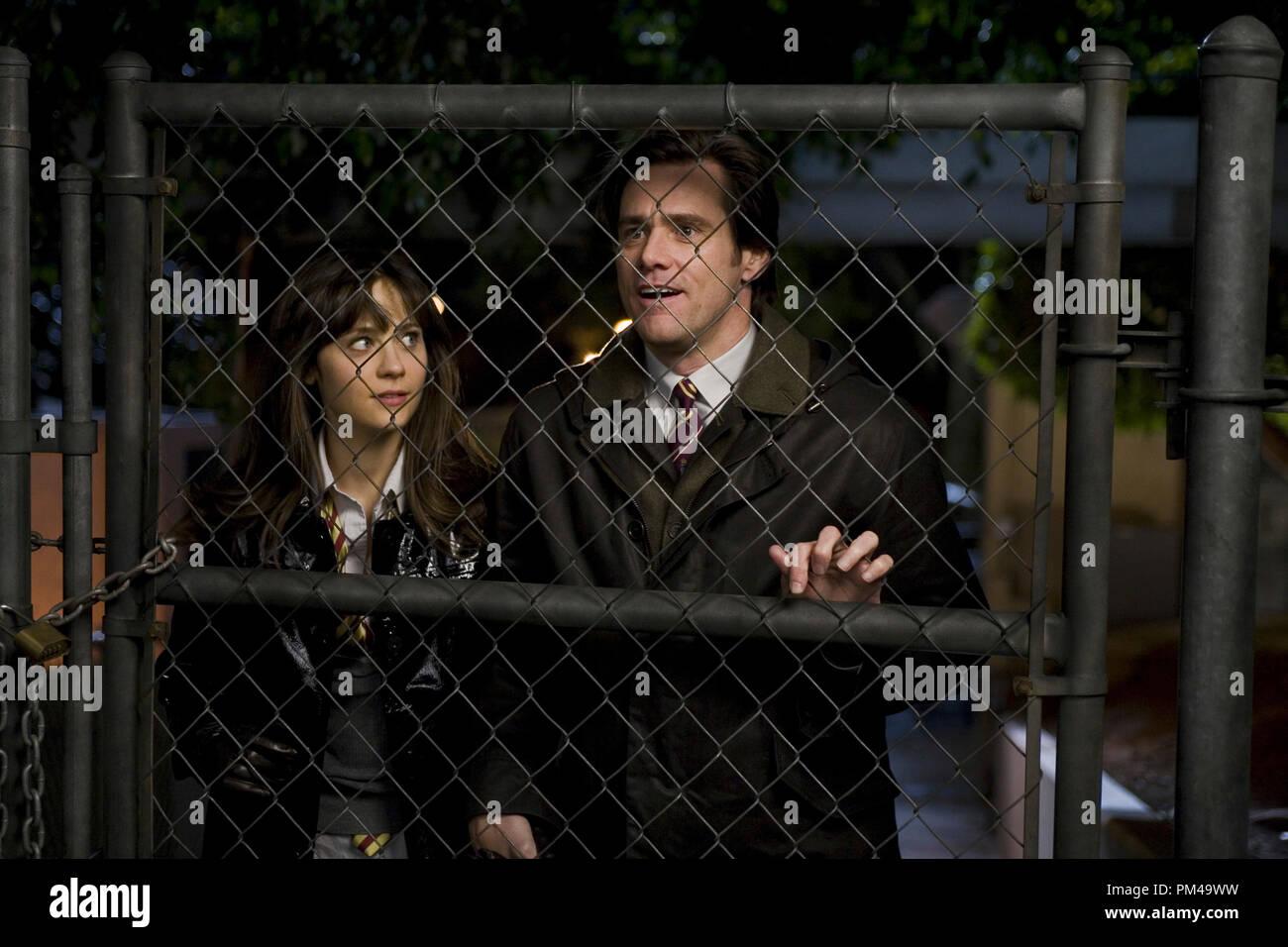 """(L-R) Allison (Zooey Deschanel) y Carl (JIM CARREY) considere la posibilidad de subir la valla en Warner Bros. y Village Roadshow Pictures', la comedia """"Yes Man"""", distribuida por Warner Bros Pictures. Foto de stock"""