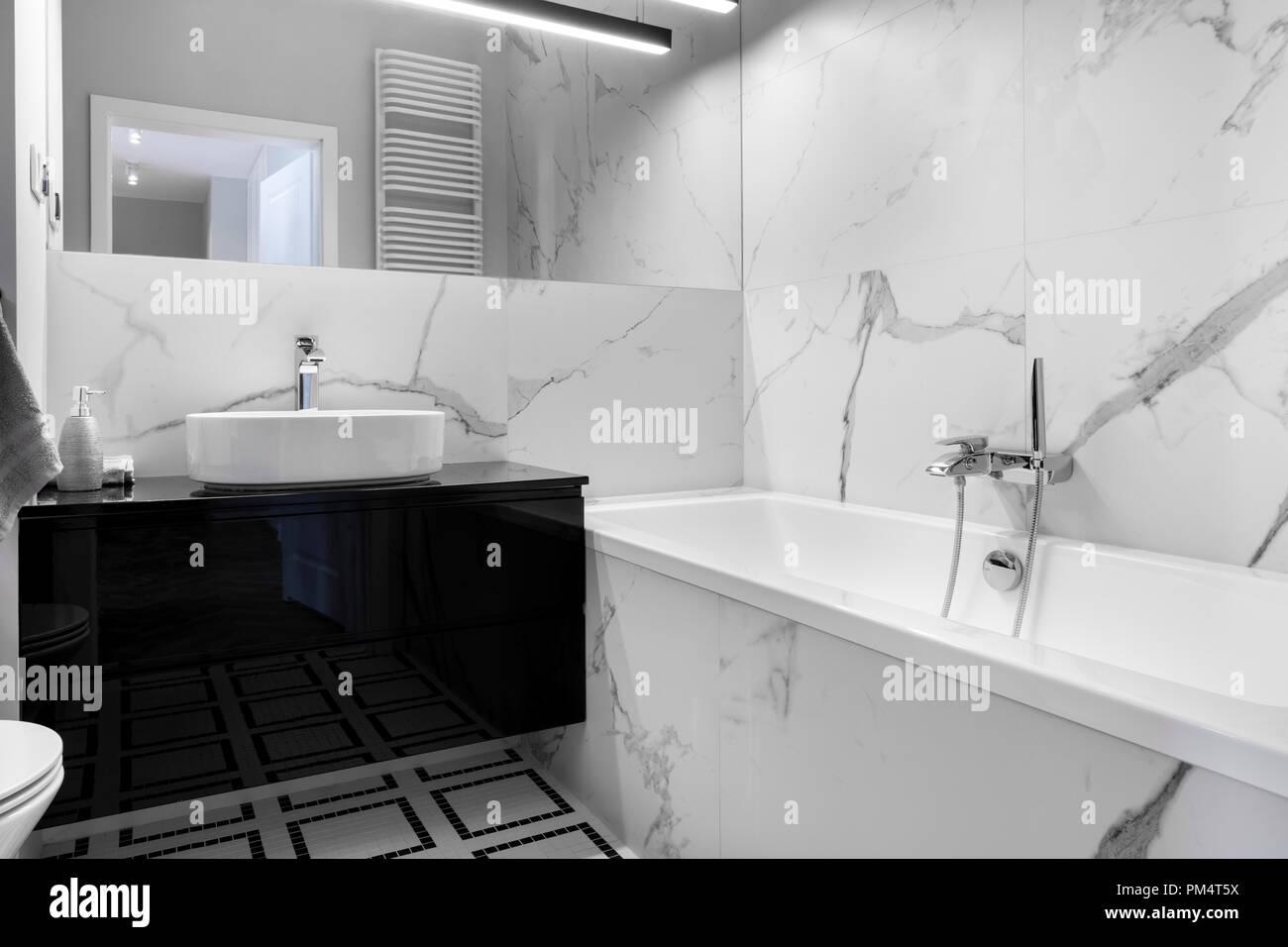 Moderno cuarto de baño con acabados de mármol en blanco y negro ...