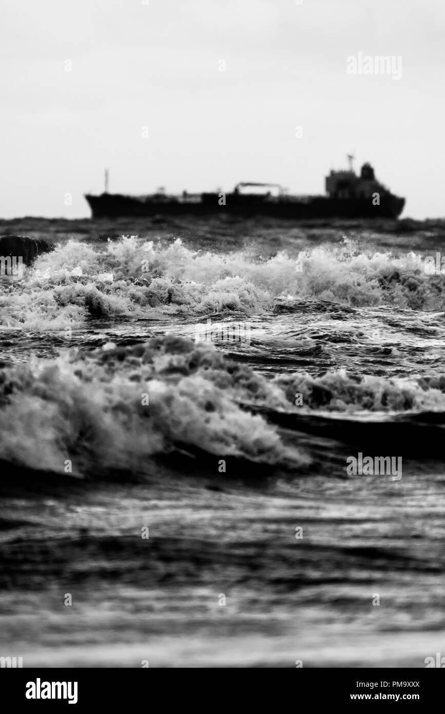 Barco en las olas del mar tormentoso Foto de stock
