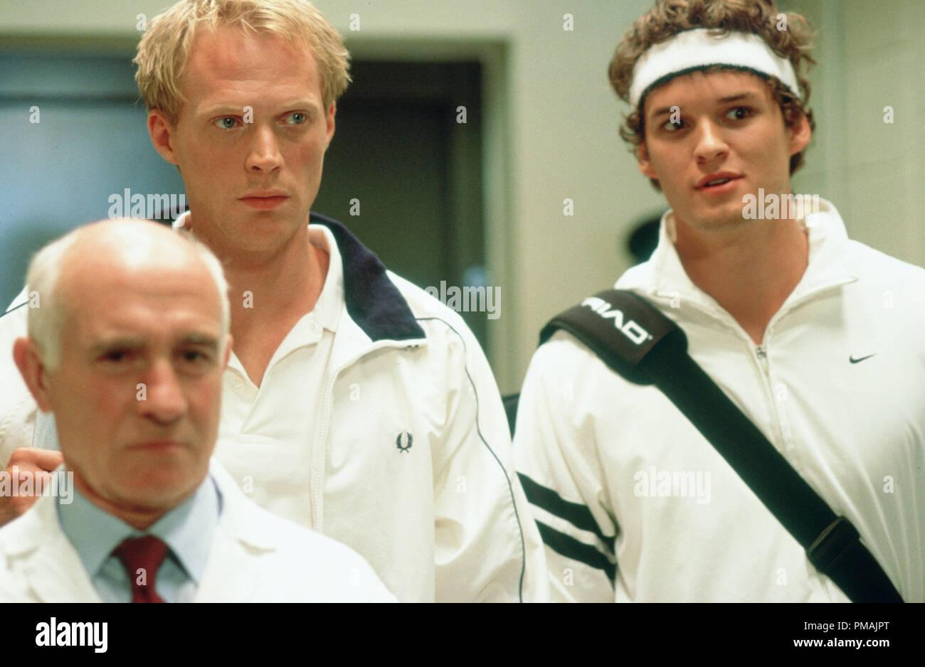 (L a r) contendiente británico Peter Colt (Paul Bettany) y campeón americano Jake Hammond (AUSTIN NICHOLS) es llevado a la famosa pista central de Working Title Films' comedia romántica Wimbledon. (2004) Foto de stock