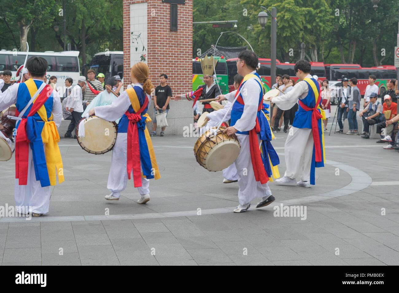 Un grupo de bailarines y percusionistas en coloridos trajes tradicionales, en Seúl, Corea del Sur Imagen De Stock