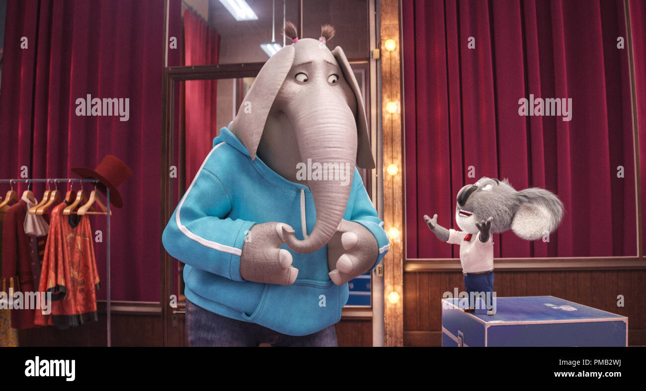 Meena (TORI KELLY), una tímida adolescente con un enorme elefante caso de Stage Fright, y dapper Buster koala Luna (ganador de un premio de la Academia® MATTHEW MCCONAUGHEY) en el caso de película 'Sing', de iluminación y de entretenimiento de Universal Pictures. (2016) Imagen De Stock