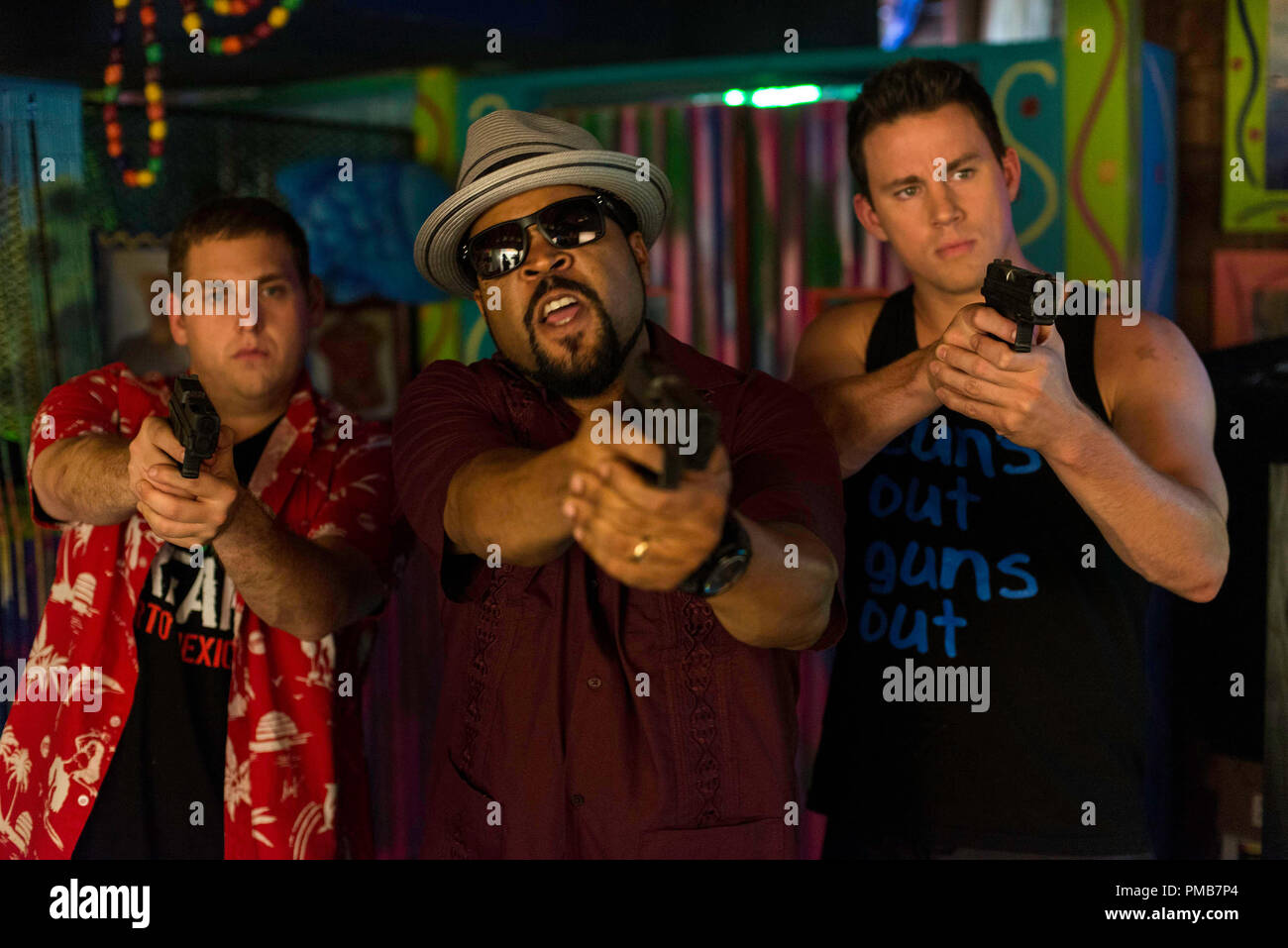 Schmidt (Jonah Hill) y Jenko (Channing Tatum) con Dickson (cubo de hielo) enfrentan los malos en Columbia Pictures' '22 Jump Street'. Imagen De Stock