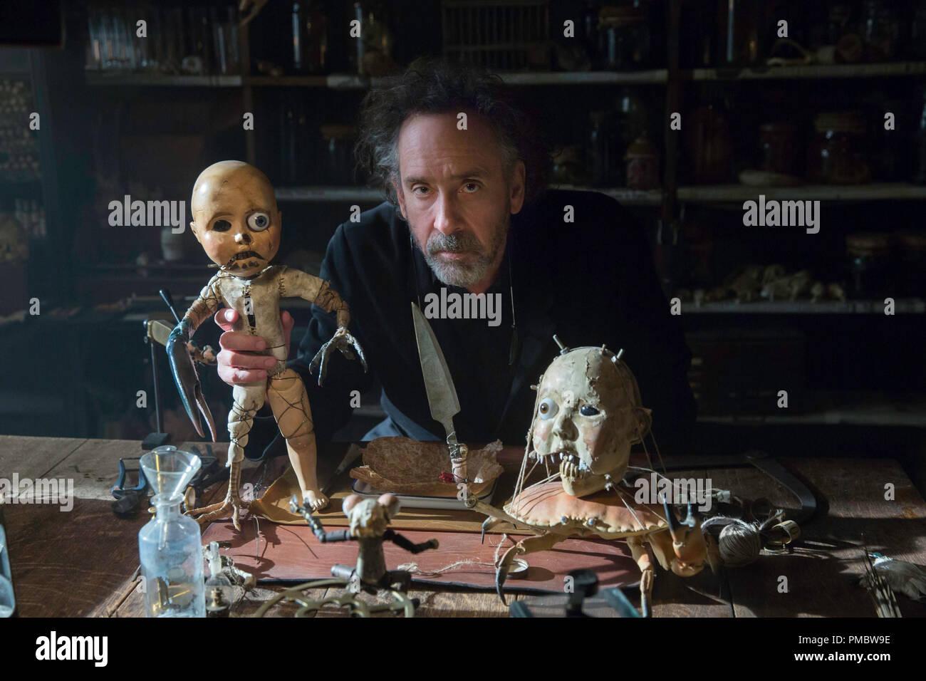 Director Tim Burton en el conjunto de la casa de miss PEREGRINE PARA NIÑOS peculiares. Imagen De Stock