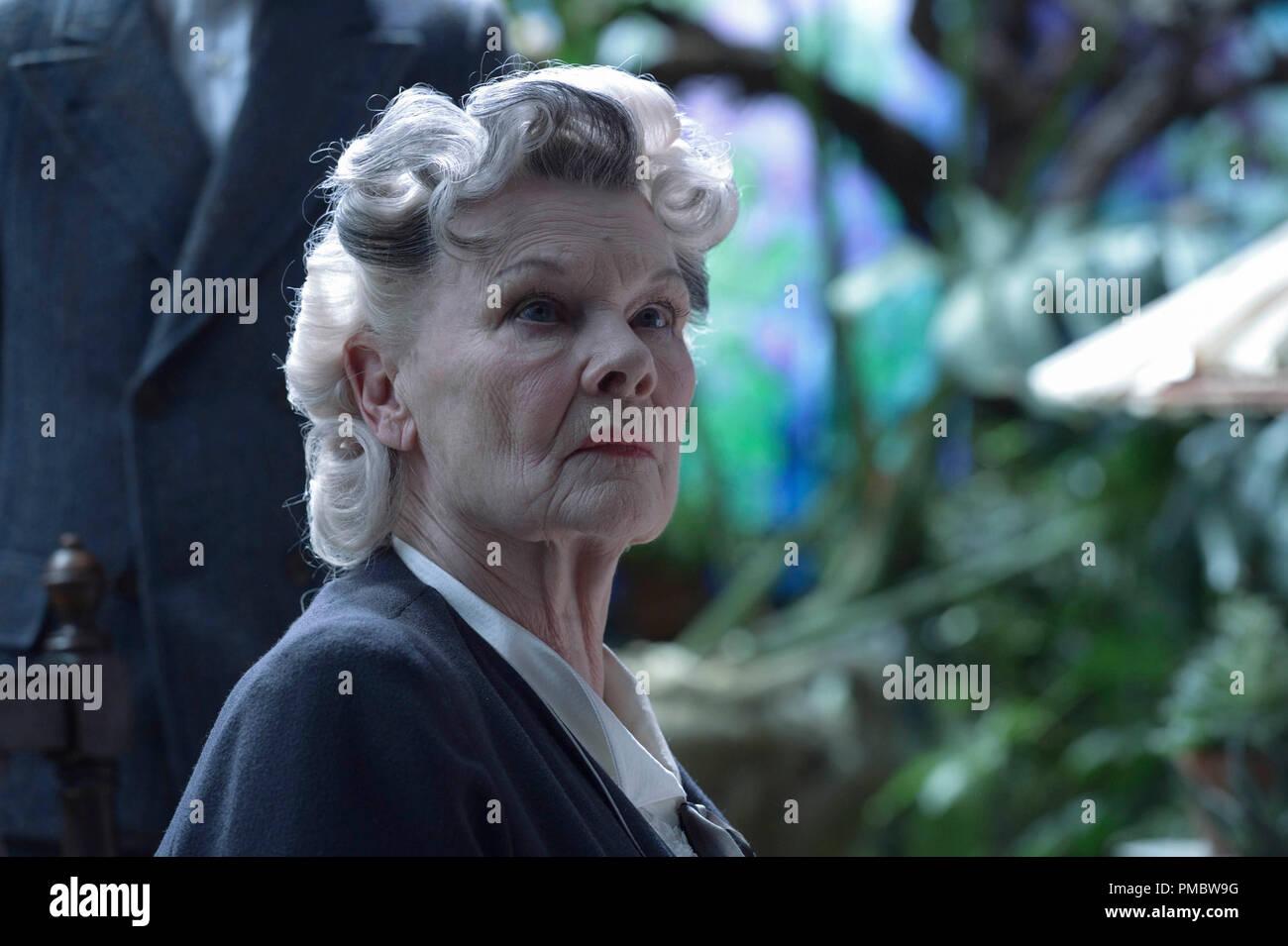 Judi Dench es la Srta. Avocet EN LA ESCUELA DE MISS PEREGRINE PARA NIÑOS peculiares Imagen De Stock