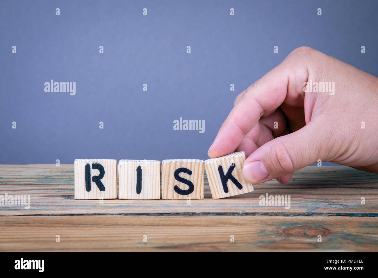 El riesgo. Letras de madera sobre el escritorio de la oficina Foto de stock