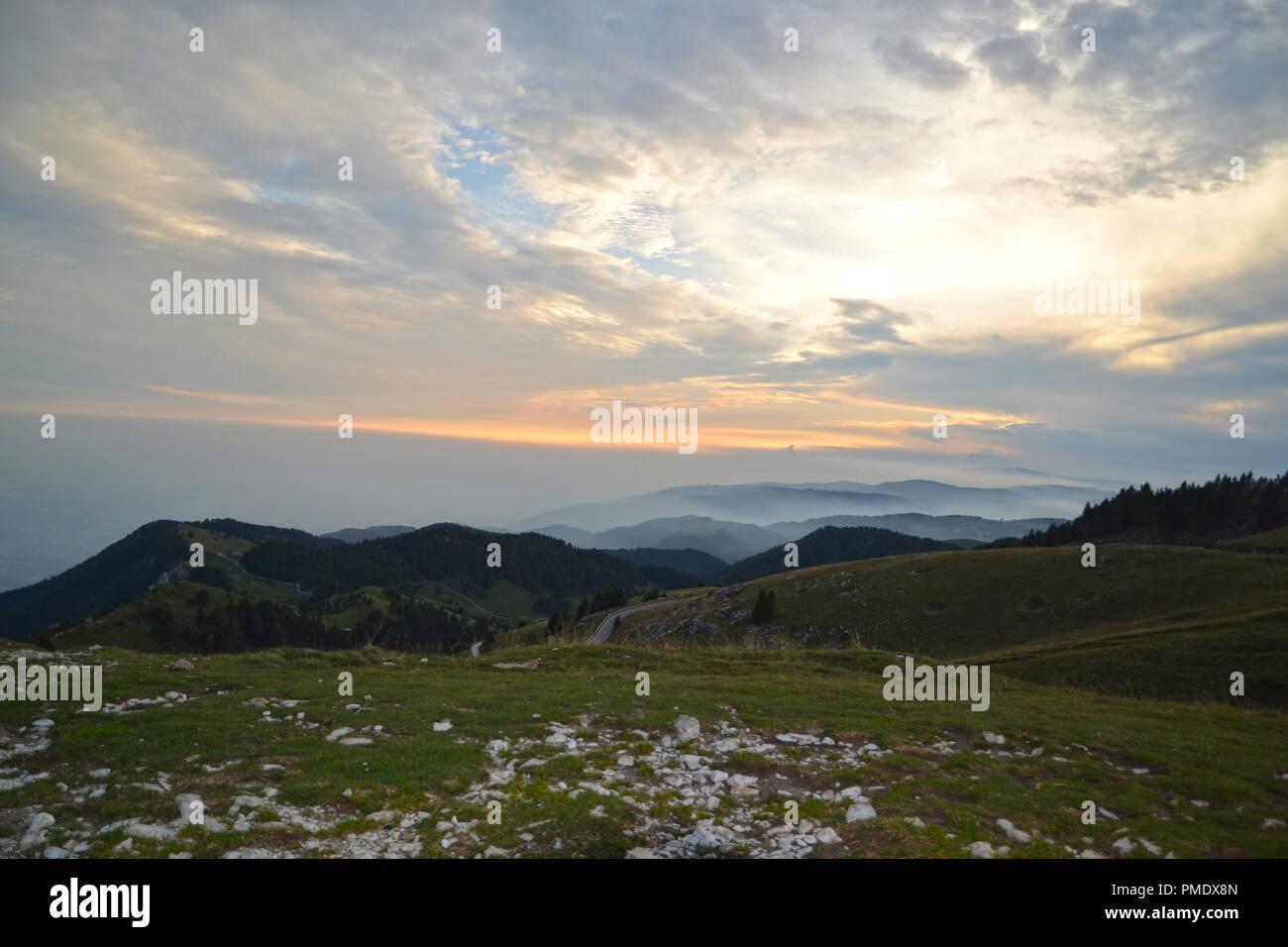 Atardecer en Monte Grappa, Alpes Italianos Foto de stock