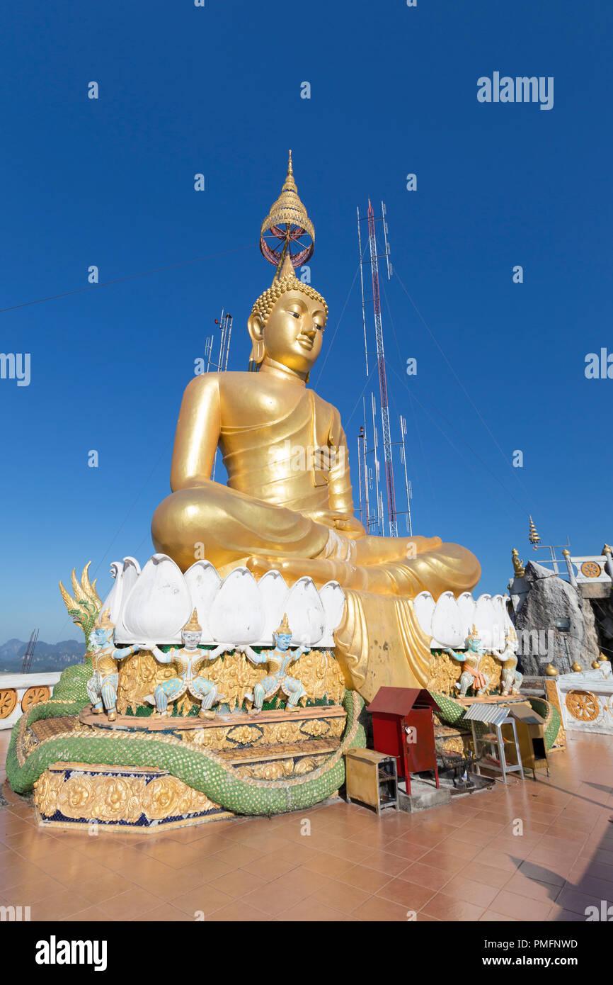 Wat Tham Seua o Templo Cueva del Tigre mountain top estatua de Buda de oro, en Krabi, Tailandia Imagen De Stock
