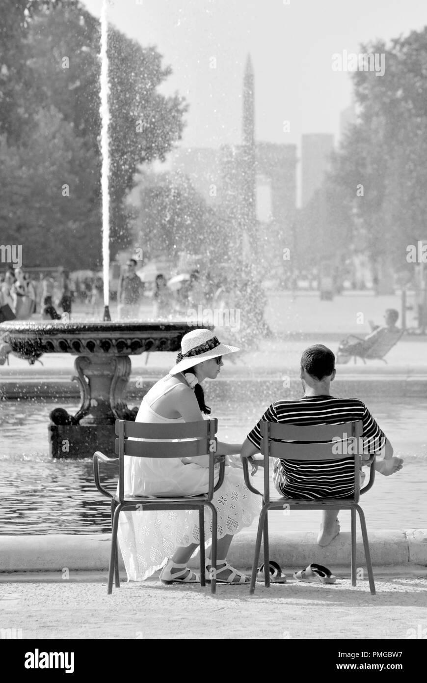 París, Francia. Los Jardins des Tuileries. Pareja joven relajándose en un día muy caliente Foto de stock