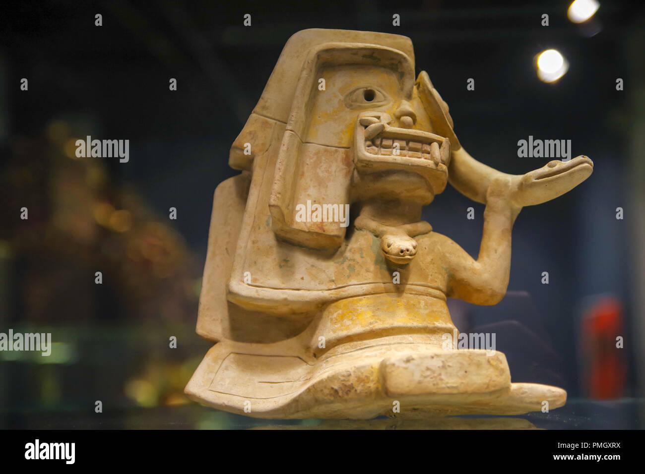 QUITO, ECUADOR - Agosto 17, 2018: vista interior ancienct cerámica hechas a mano por los Incas en el Ágora museo ubicado en la Casa de la Cultura en Quito. Imagen De Stock