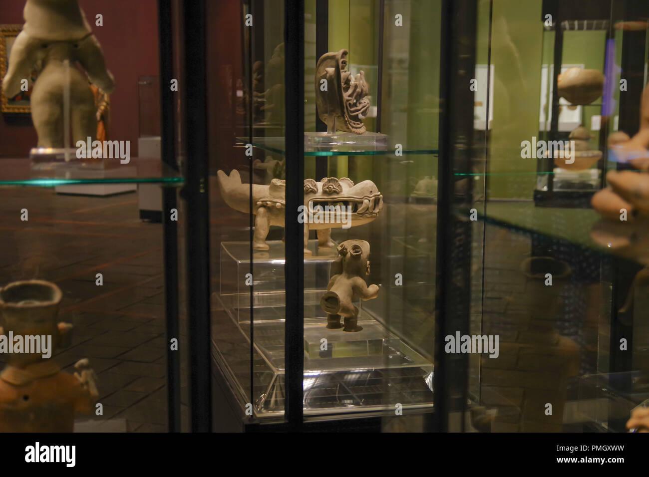 QUITO, ECUADOR - Agosto 17, 2018: vista interior de cerámica hecha a mano de ancienct Incas dentro de vitrinas en el Ágora museo ubicado en la Casa de la Cultura en Quito. Imagen De Stock
