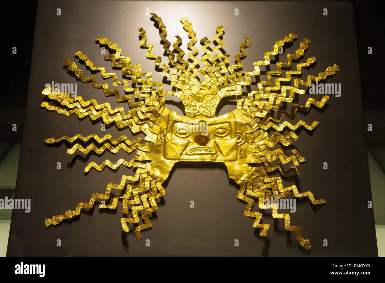 QUITO, ECUADOR - Agosto 24, 2018: Cerca de la hermosa máscara de Inca de Oro dentro de el Ágora museo ubicado en la Casa de la Cultura en Quito. Imagen De Stock