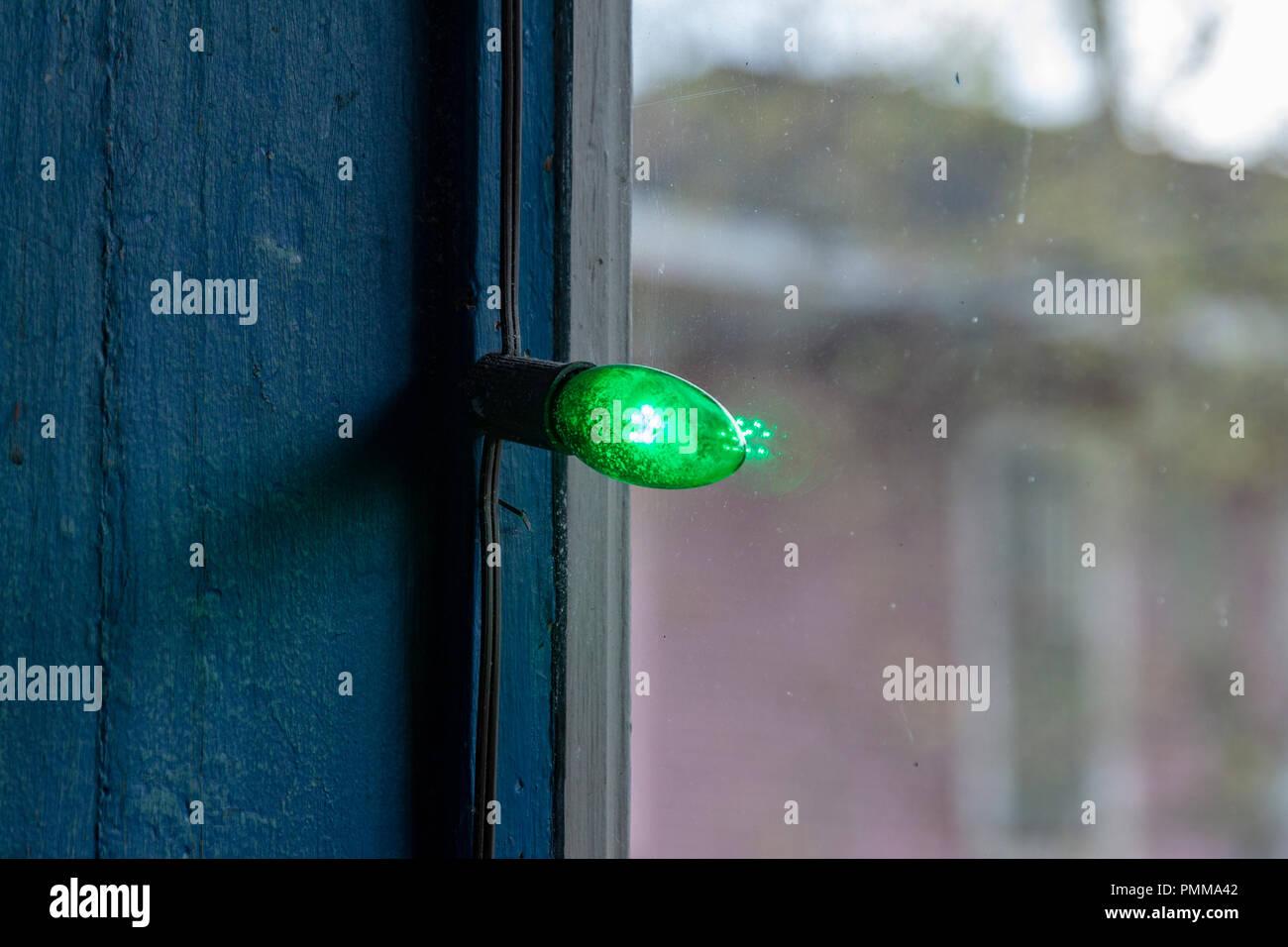 Luz verde en la decoración de una ventana cerca del desfile del Día de San Patricio en Magazine Street en Nueva Orleans, Luisiana Foto de stock