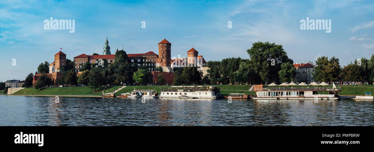 Vistas panorámicas del castillo de Wawel, en Cracovia, Polonia, en el primer plano el río Vístula. Foto de stock