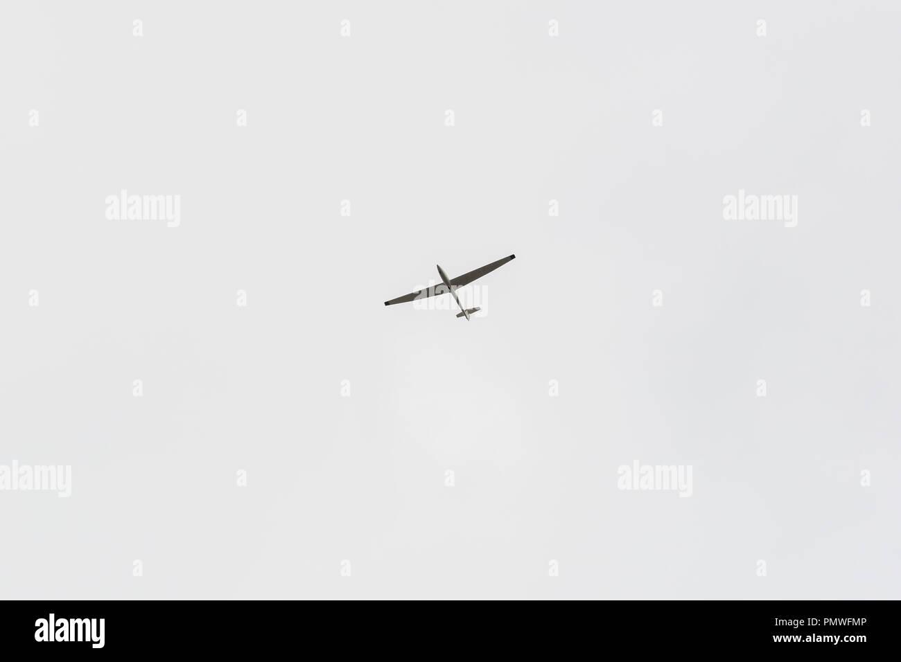 Un único planeador en el cielo sin nubes Imagen De Stock