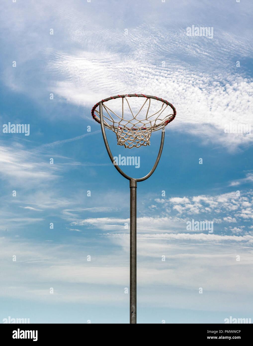 La canasta de baloncesto visto en el cielo. Imagen De Stock