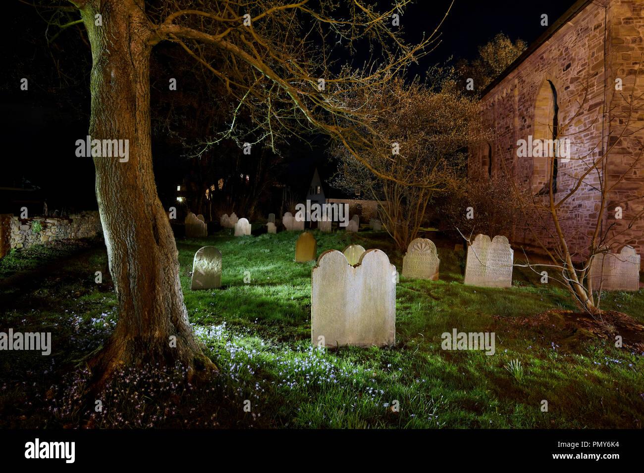 Viejas tumbas en el cementerio de la iglesia de la aldea Stiepeler en Bochum. Foto de stock