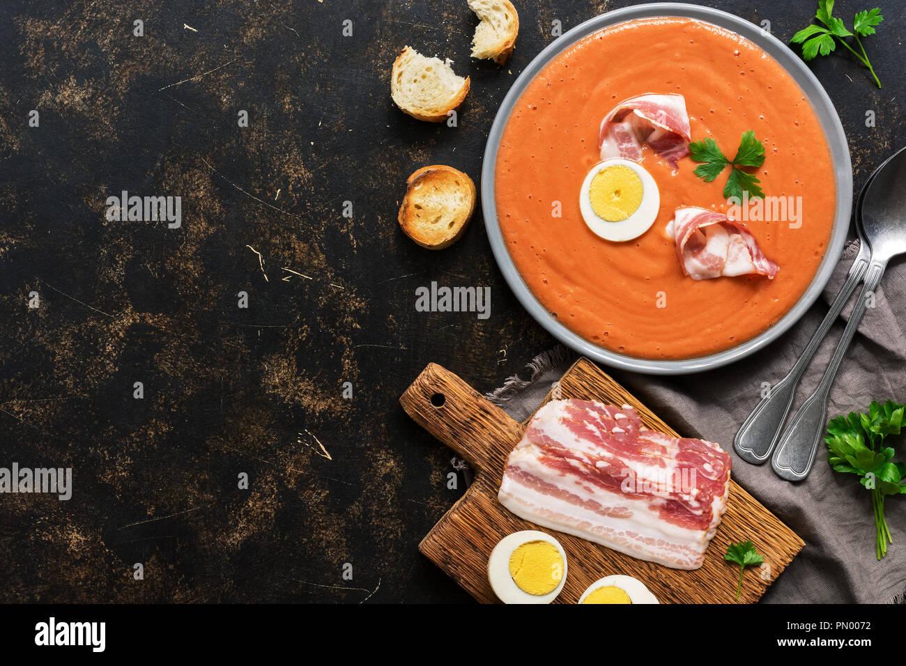 Español tradicional sopa crema de tomate andaluz - salmorejo.Vegetariana sopa de tomate. La vista desde la cima,laicos plana Imagen De Stock