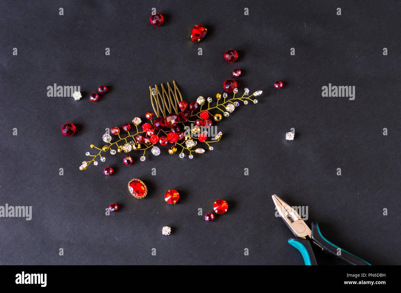 ad027fd2b75d Fabricación de adornos femeninos. Joyería artesanal para mujeres. Parte  superior.