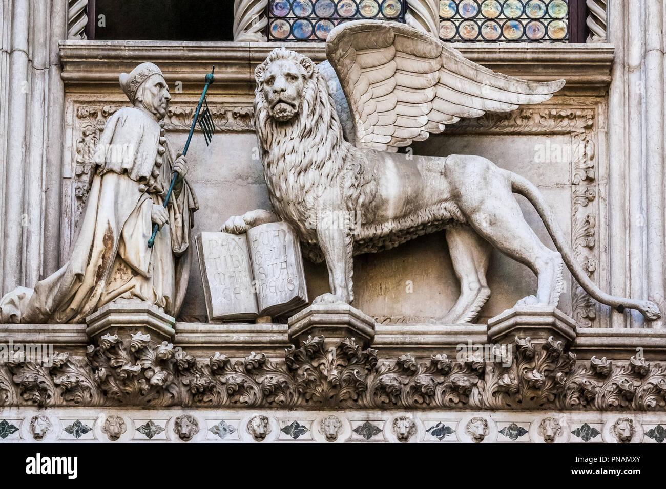 El león de San Marcos y el doge Foscari en la puerta del Palacio Ducal, símbolo de San Marcos Evangelista, patrono de la ciudad. Foto de stock
