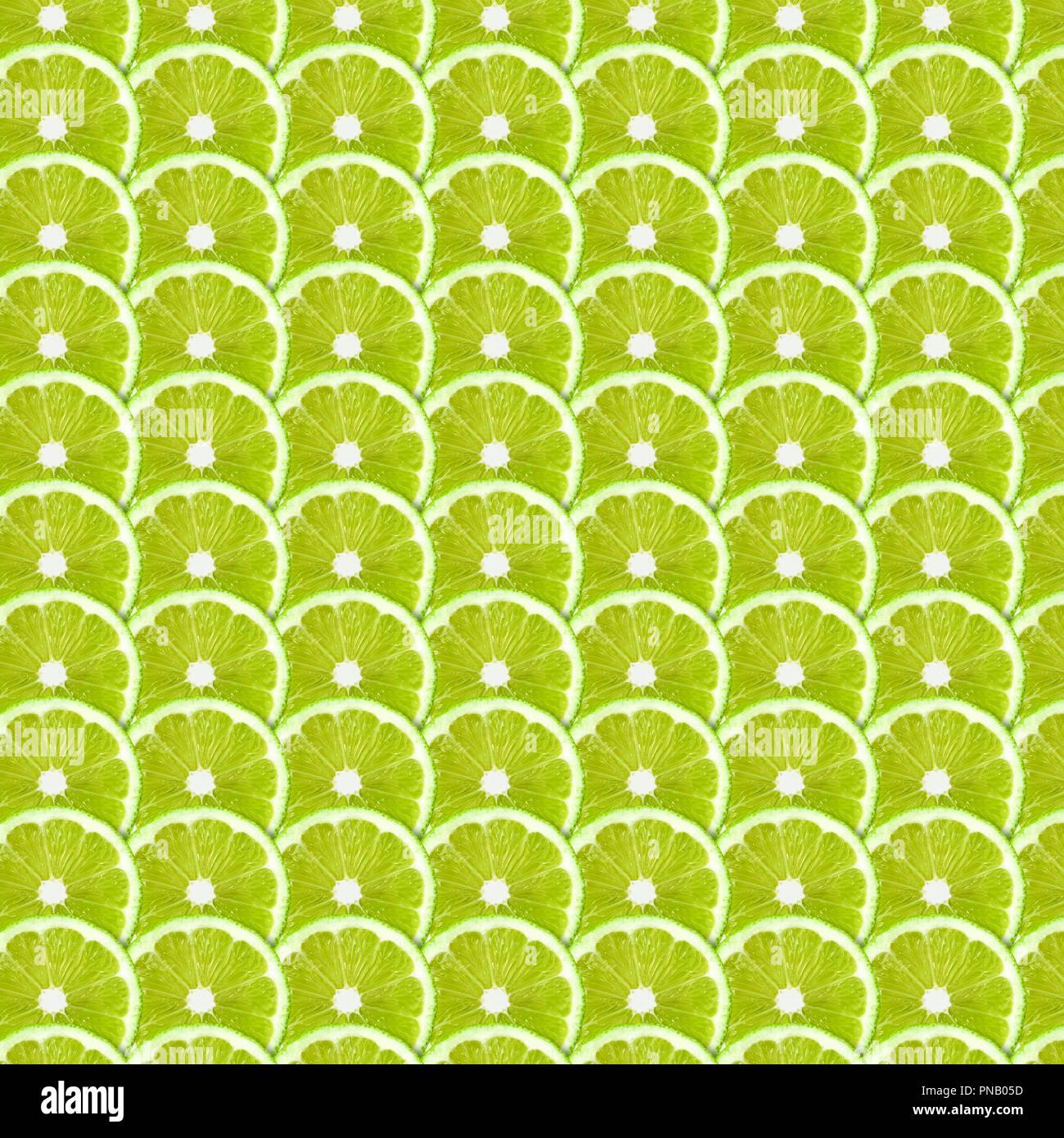 Rodajas de limón verde de fondo de la trama. Natural de fotograma completo simétrico de textura de alimentos Imagen De Stock
