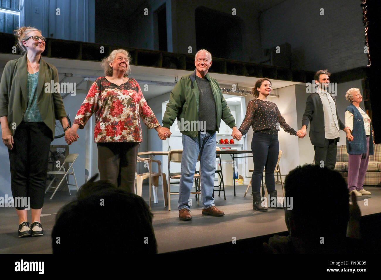 Por favor llamada Cortina del elenco de los seres humanos por Stephen Karam en el teatro Hampstead, Londres, Inglaterra, Reino Unido. Imagen De Stock