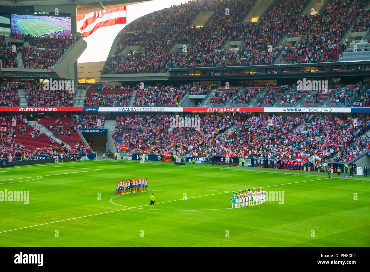 Momento de silencio antes de un partido de fútbol. Wanda estadio Metropolitano, Madrid, España. Foto de stock