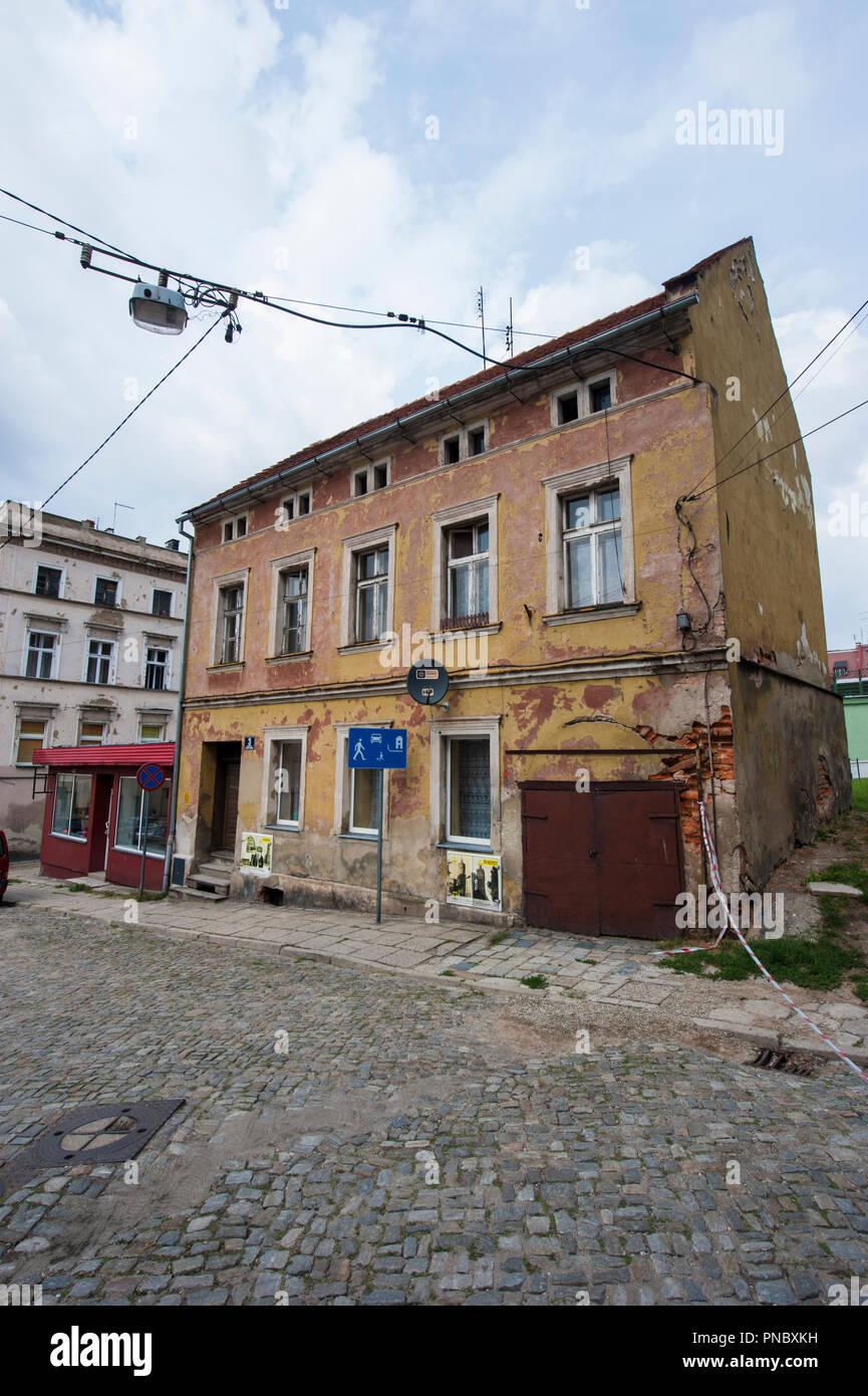 Una descuidada, Old Town house en Paczkow, al suroeste de Polonia. Foto de stock