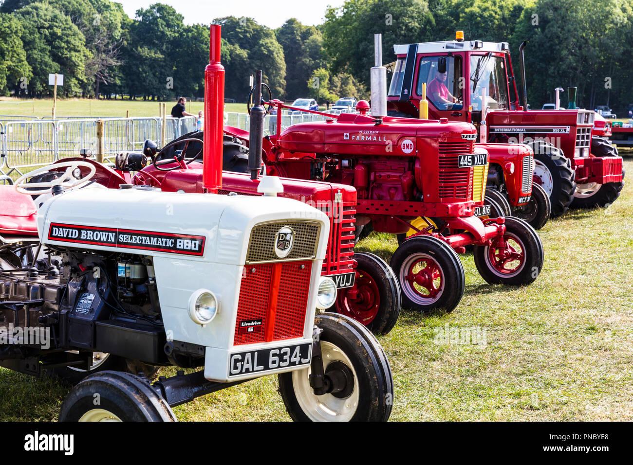 Tractores Viejos Imágenes De Stock Tractores Viejos Fotos