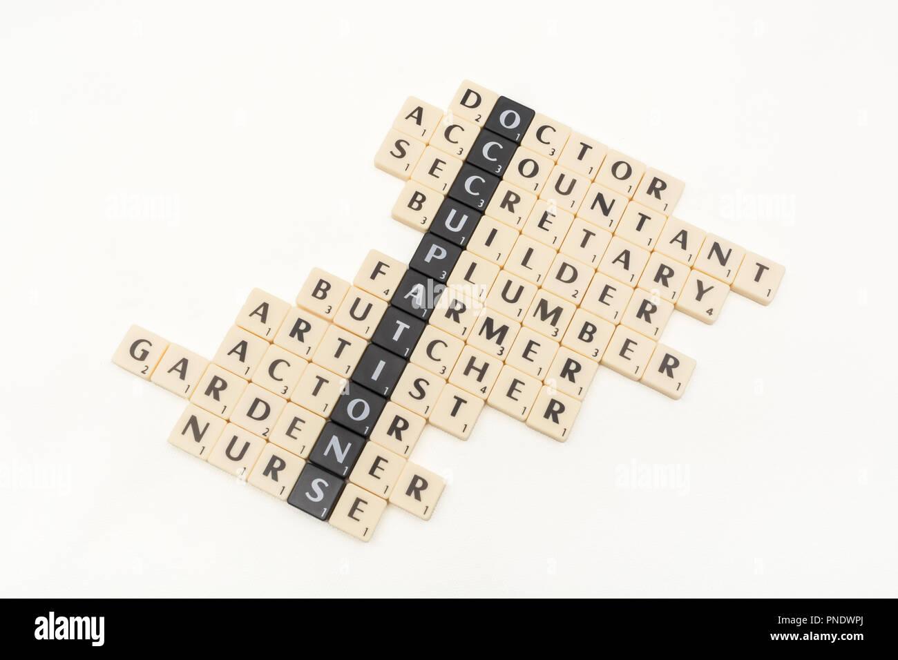 Carta de azulejos que muestra la palabra clave ocupaciones y diversos tipos de elección de una carrera / tipos de trabajos disponibles. Imagen De Stock