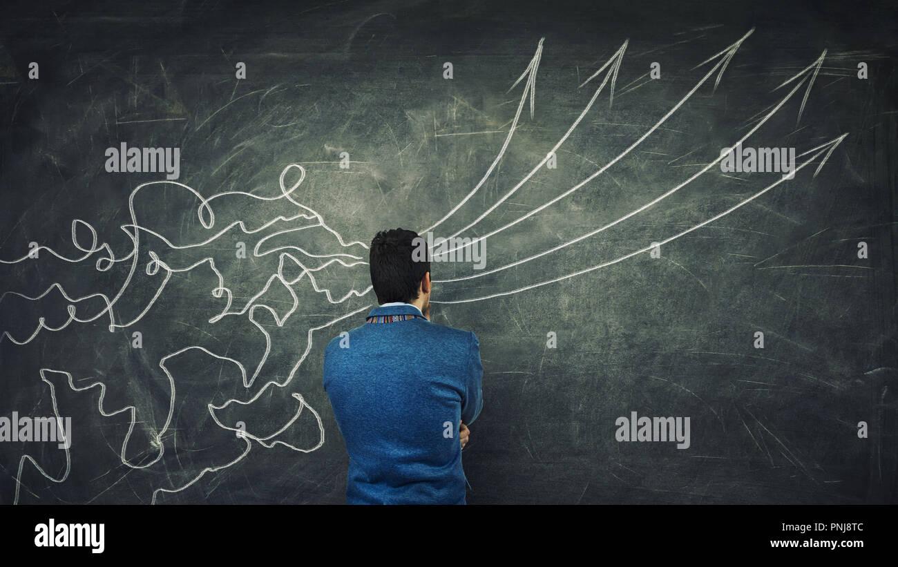 Concepto de procesamiento de la información como un empresario concentrada pensando en frente de una enorme pizarra como líneas de malla venir a través de la cabeza y transform i Imagen De Stock