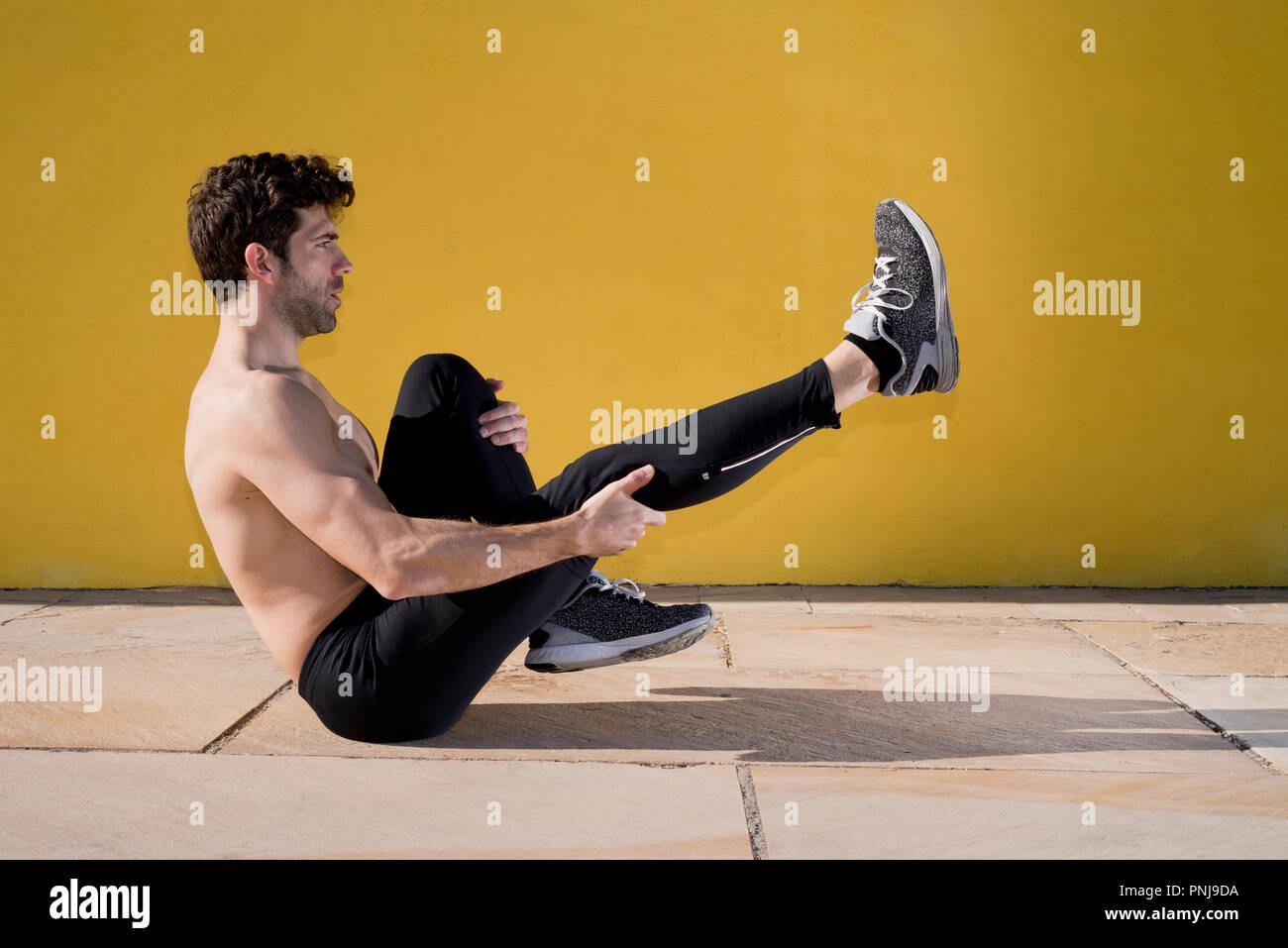 Sportman calentamiento y estiramiento Foto de stock