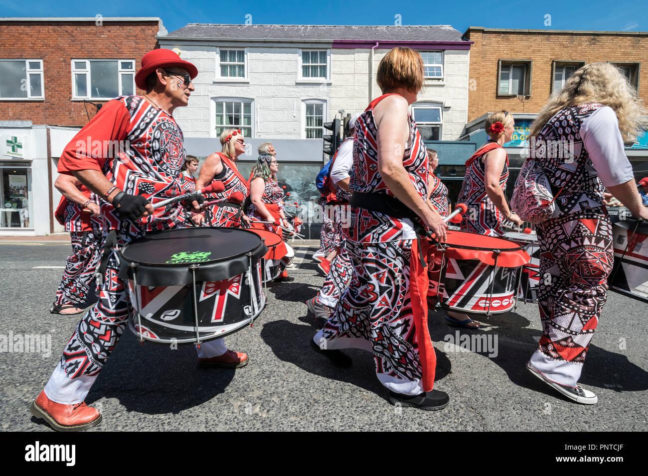 Abergele Carnaval Batala Samba Band 14 de julio de 2018 en la costa norte de Gales Foto de stock