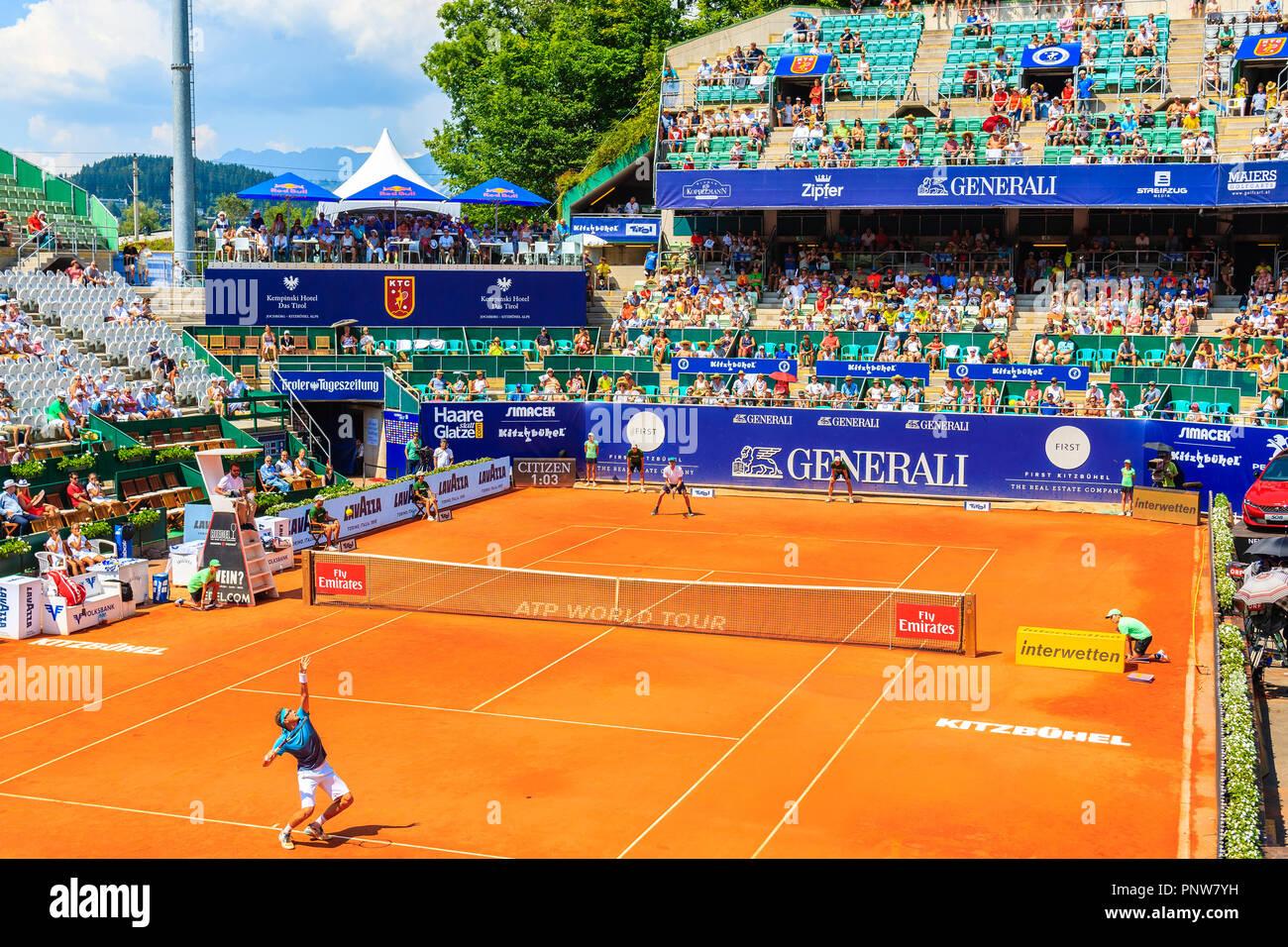 KITZBUHEL, AUSTRIA - Agosto 2, 2018: Los jugadores jugando al tenis durante el torneo de verano en la ciudad de Kitzbuhel, Tirol. Esta competencia es conocida como Austrian Open Foto de stock