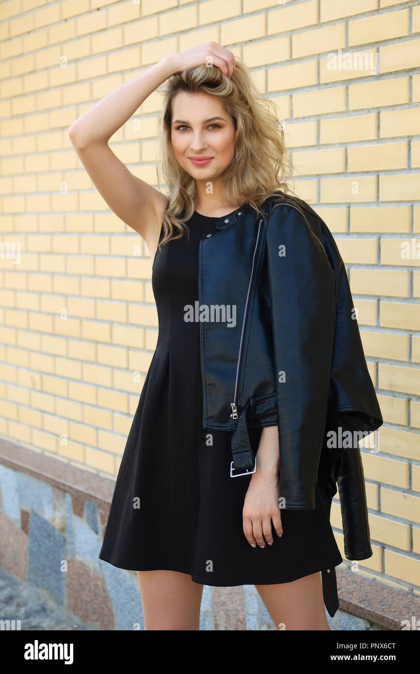 Vestido negro con chaqueta de cuero