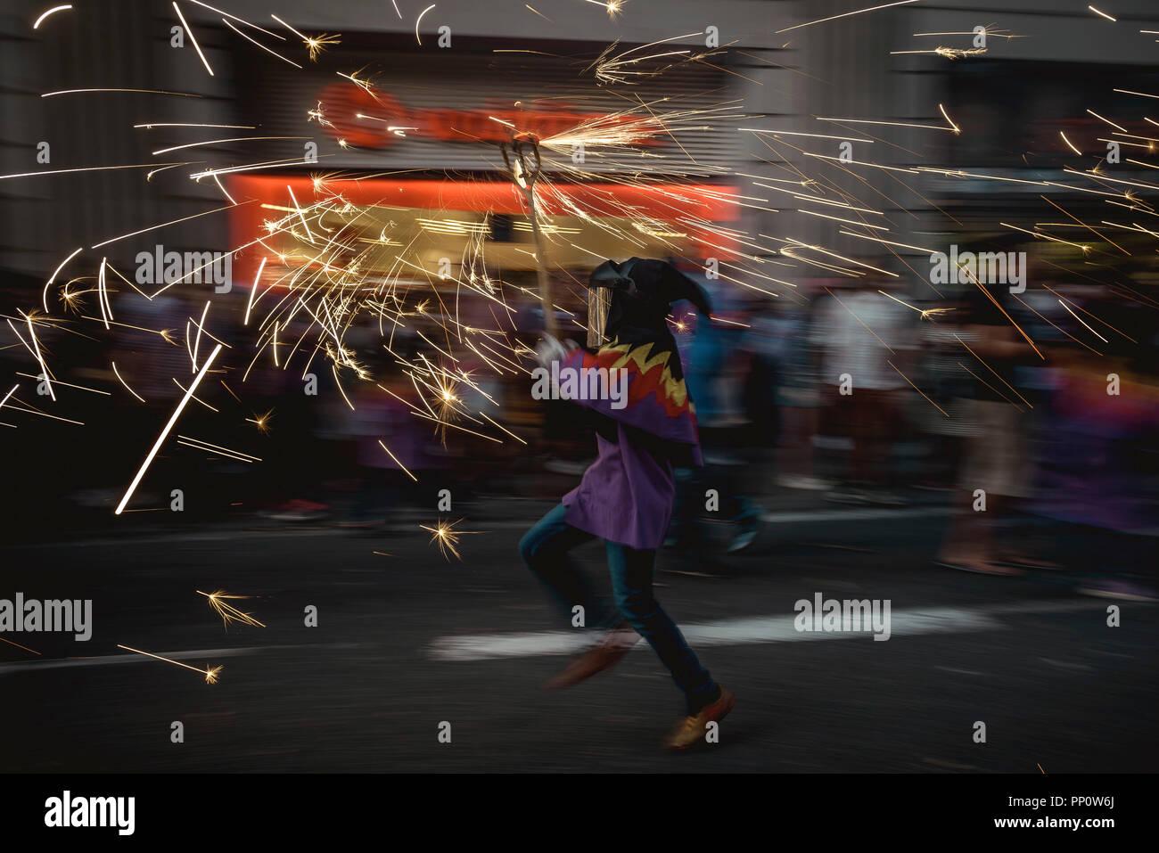 """Barcelona, España. El 22 de septiembre, 2018: """"correfocs"""" (fire deslizaderas) desactivar sus fuegos artificiales durante la Fiesta Mayor de Barcelona (festival principal), La Merce Crédito: Matthias Oesterle/Alamy Live News Foto de stock"""