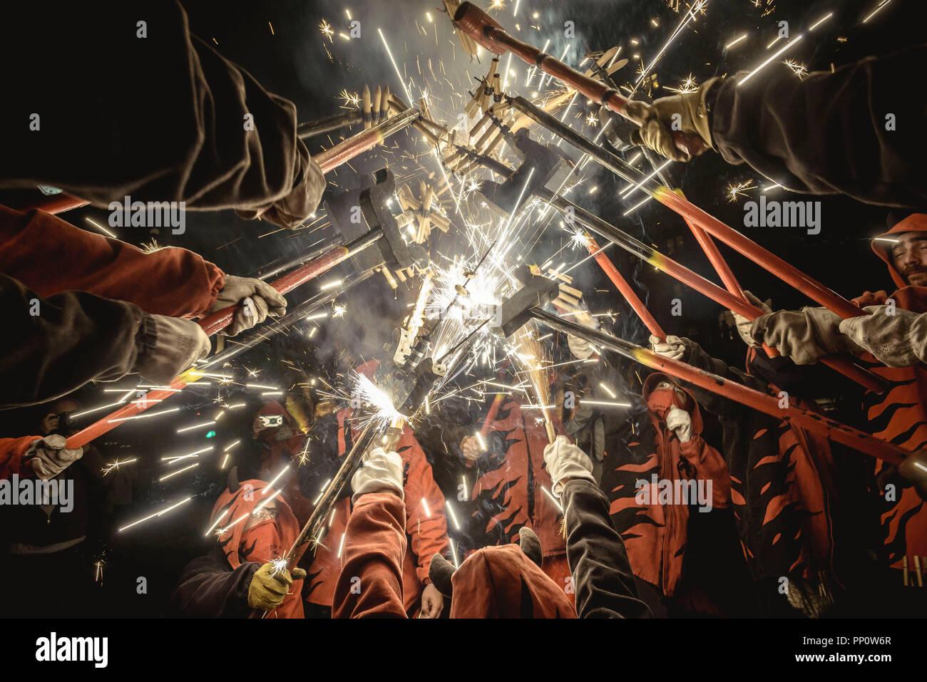 """Barcelona, España. El 22 de septiembre, 2018: """"correfocs"""" (fire deslizaderas) se reúnen para iluminar sus fuegos artificiales durante la Fiesta Mayor de Barcelona (festival principal), La Merce Crédito: Matthias Oesterle/Alamy Live News Foto de stock"""