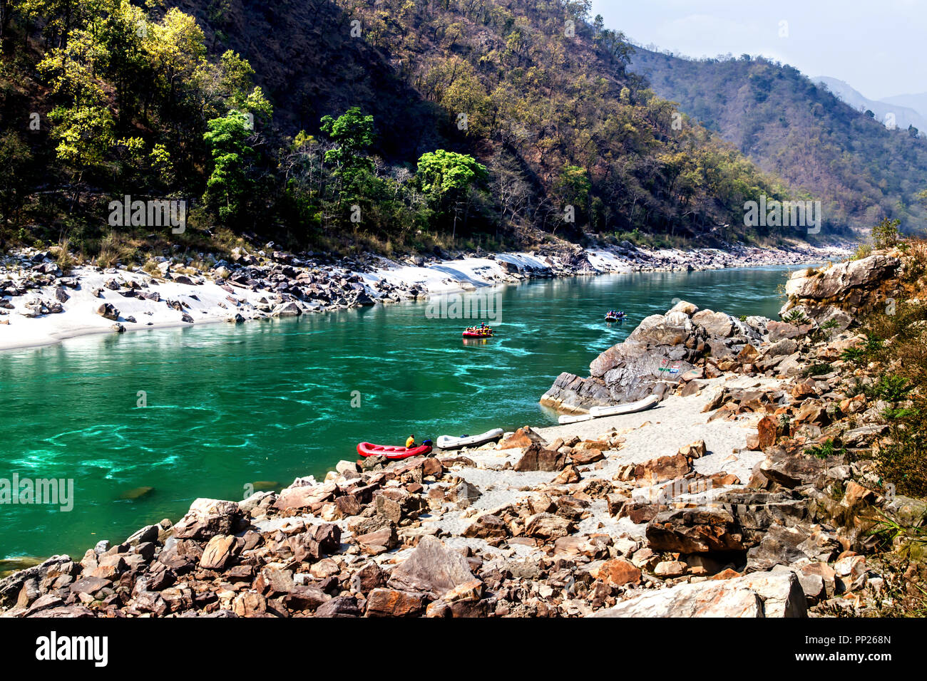 Rafting en el río Ganga durante los veranos en Rishikesh Imagen De Stock
