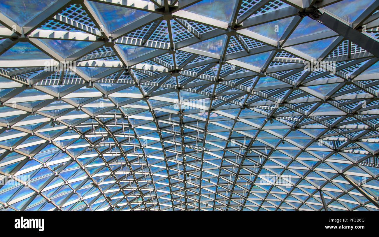 Modelo triangular de cristal transparente techo moderno Foto de stock